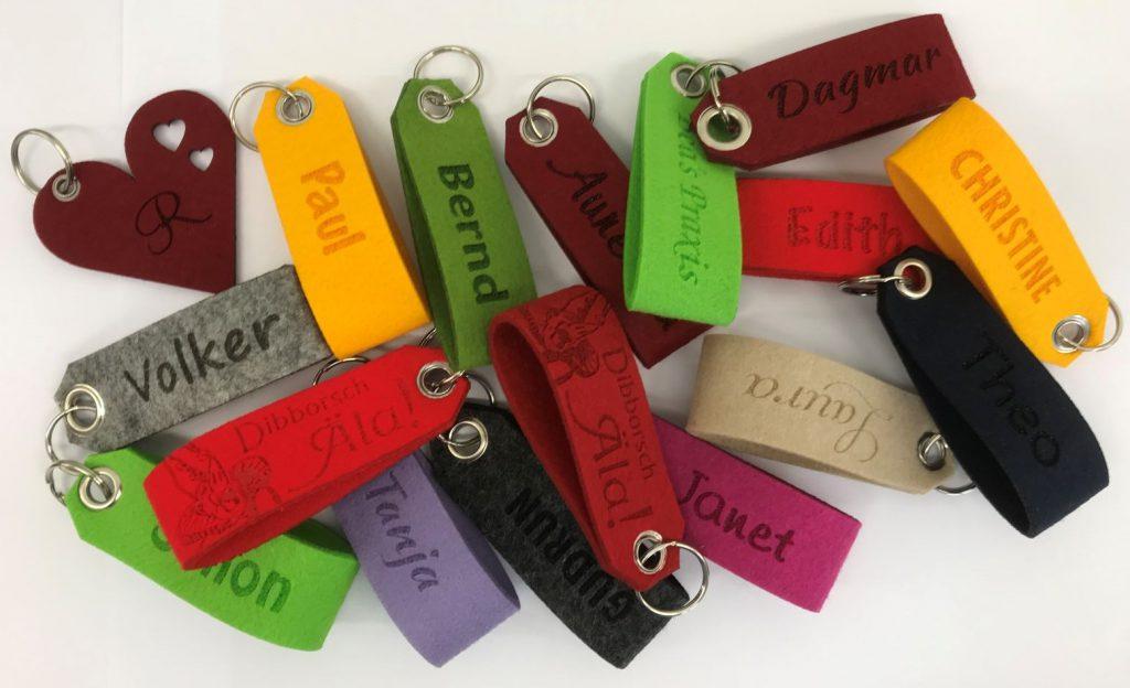 Schlüsselanhänger in verschiedenen Formen und Farben.